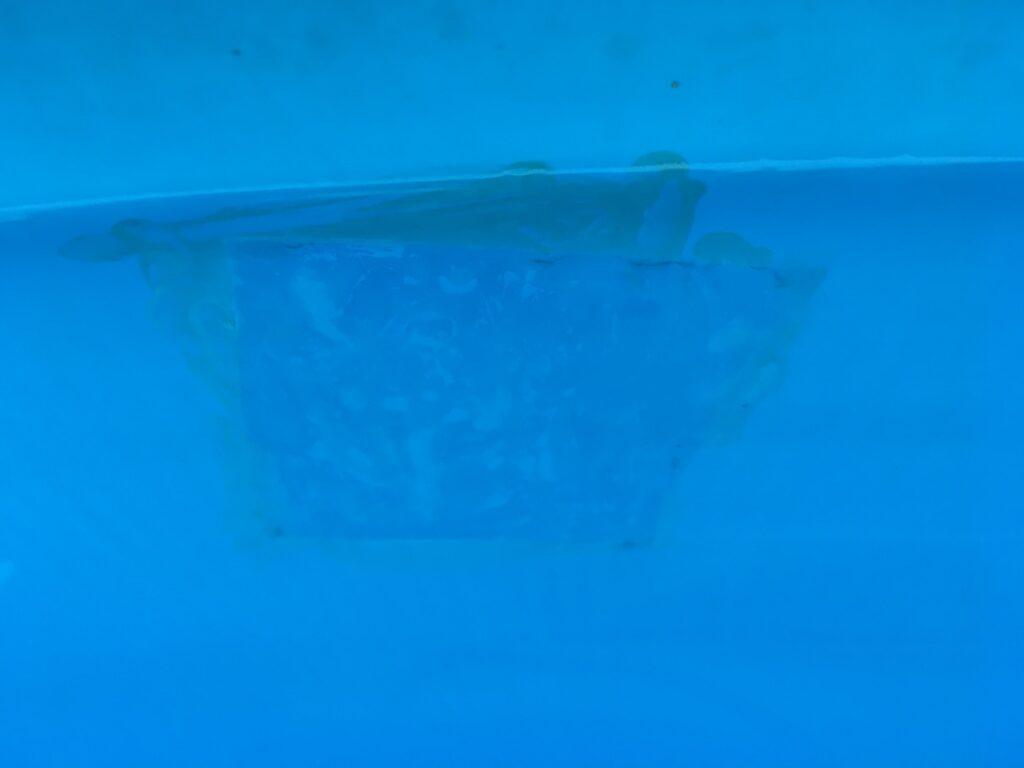 Zalepené místo v bazénu